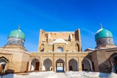 Neige et dômes et minarets bleus du complexe de Hazrati Imam, centre religieux de Tashkent photos stock