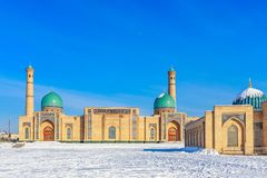 Neige et dômes et minarets bleus du complexe de Hazrati Imam, centre religieux de Tashkent photo stock