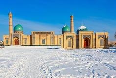 Neige et dômes et minarets bleus du complexe de Hazrati Imam, centre religieux de Tashkent photographie stock