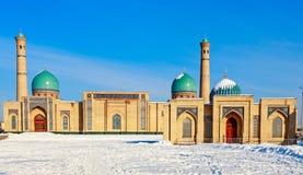 Neige et dômes et minarets bleus du complexe de Hazrati Imam, centre religieux de Tashkent image libre de droits