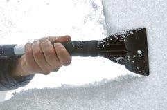 Neige et glace de grattement du pare-brise de véhicule Images libres de droits