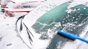 neige et glace sur l'élimination de fenêtre de voiture Images libres de droits