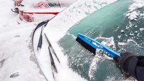 neige et glace sur l'élimination de fenêtre de voiture Photos stock