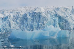 Neige et mer dans des îles de svalbard image libre de droits