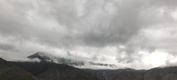 Neige et nuages sur la montagne photographie stock libre de droits