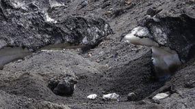 Neige et terre noire de l'Etna en Sicile photo libre de droits