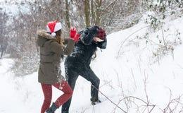 Neige folle de couples combattant dans la colline Images stock