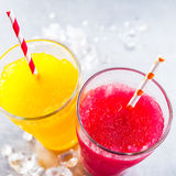 Neige fondue congelée Granitas de fruit avec les pailles à boire Images libres de droits