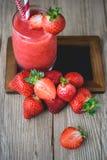 Neige fondue de fraise sur le bois, boisson d'été, boisson fraîche Image stock