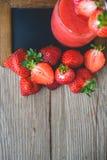 Neige fondue de fraise sur le bois, boisson d'été, boisson fraîche Photos libres de droits