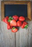 Neige fondue de fraise sur le bois, boisson d'été, boisson fraîche Photographie stock
