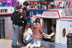 Neige fondue des jeunes et crème glacée de achat pendant l'été britannique Photos libres de droits