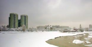 Neige fraîche dans la ville photos libres de droits