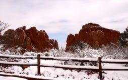 Neige fraîche de Pict 5144 sur la frontière de sécurité et les roches rouges Photographie stock libre de droits
