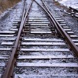 Neige fraîche sur des pistes de train Image stock