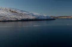 Neige fraîche sur la colline sur les Îles Shetland Photographie stock libre de droits