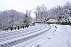 Neige fraîche sur la route Images stock