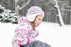 Neige heureuse de fille Images libres de droits