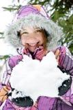 Neige heureuse de fixation de fille de l'hiver images libres de droits