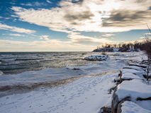 Neige le lac Ontario d'hiver congelée par coucher du soleil Photo stock