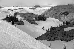 Neige noire et blanche au capot de bâti photos stock