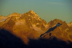 Neige platon dans des Alpes de dolomite au coucher du soleil photographie stock