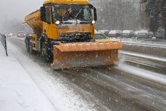 Neige propre d'hiver de chasse-neige Chute de chute de neige importante dans la ville Neige et glace non nettoyées blizzard Le ch photo stock