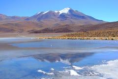 neige recouverte de réflexion de montagne de lac images stock