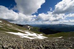Neige restante à l'altitude pendant l'été du Colorado photos libres de droits