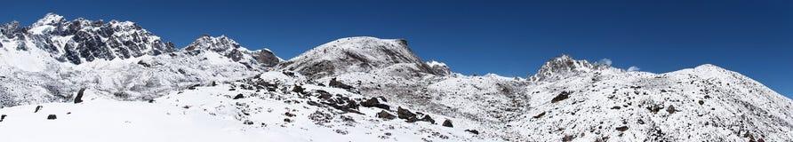 neige rocheuse couverte de montagne d'horizontal Photos libres de droits