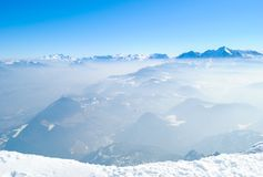 Neige sur des montagnes avec le fond de ciel bleu Photographie stock