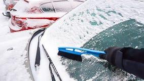 Neige sur l'élimination de fenêtre de voiture Photographie stock