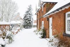 Neige sur l'allée en hiver photos libres de droits