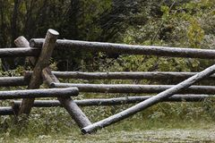 Neige sur la barrière de rail sur le ranch du Wyoming Photographie stock
