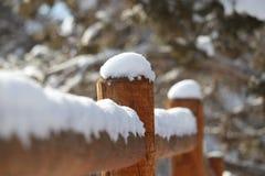 Neige sur la barrière Post photo stock