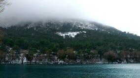 Neige sur la montagne et lac en hiver