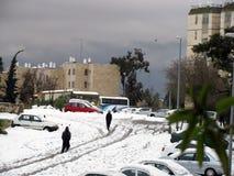Neige sur la rue après les chutes de neige massives.  Jérusalem, Israël Photo libre de droits