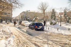Neige sur la rue dans Pomorie, Bulgarie, hiver Photographie stock