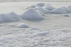 Neige sur la surface de la rivière images libres de droits