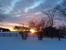 neige sur le côté de pays dans l'après-midi de coucher du soleil Photos libres de droits