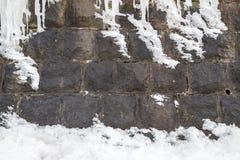 Neige sur le mur en pierre Images libres de droits