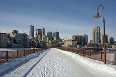 Neige sur le pont en pierre de voûte, Minneapolis, Minnesota, Etats-Unis Photos stock