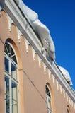 Neige sur le toit à l'hiver photo libre de droits