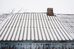 Neige sur le vieux toit d'ardoise Photos libres de droits