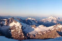 Neige sur les montagnes. horizontal de l'hiver Photo libre de droits