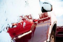 Neige sur les voitures garées par rouge images stock