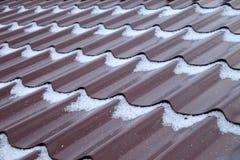Neige sur un nouveau toit en métal photos stock