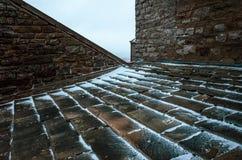 Neige sur un toit carrelé images stock