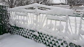Neige sur une barrière Quand la ville a été couverte de couverture blanche de neige photo libre de droits