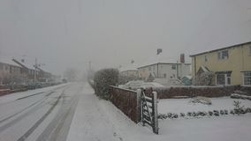 Neige sur une rue de village Photographie stock libre de droits